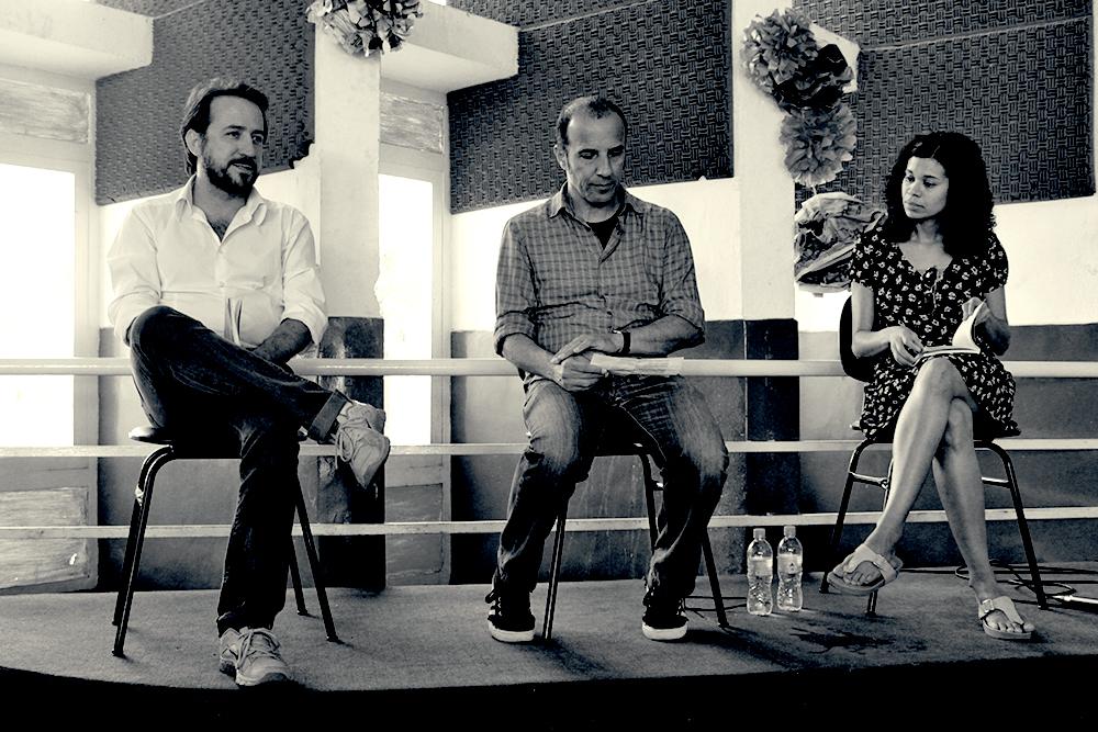 Luiz Biajoni e Cadão Volpato aguardando Ana Paula Maia iniciar a leitura de um trecho de seu livro, Carvão Animal